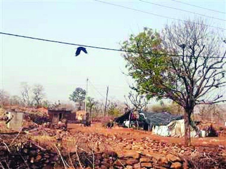 आजादी के 75 साल बाद भी गांव को न मिली पक्की सड़क और न ही बिजली
