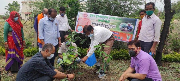 विश्व पर्यावरण दिवस पर कृषि विज्ञान केन्द्र में वृक्षारोपण