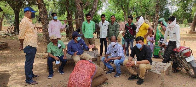 कृषि वैज्ञानिकों ने वृक्षारोपण के साथ टीकाकरण के लिए किसानों को किया जागरूक